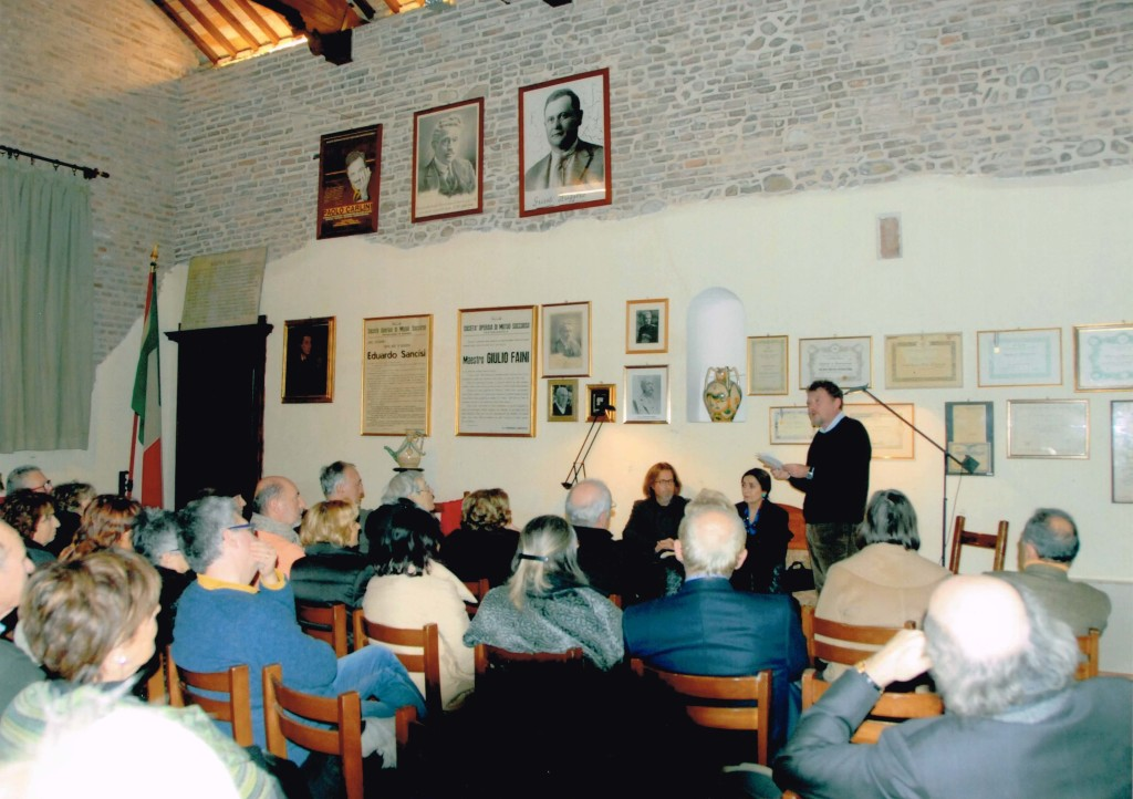 Il pubblico e Raffaelli in piedi